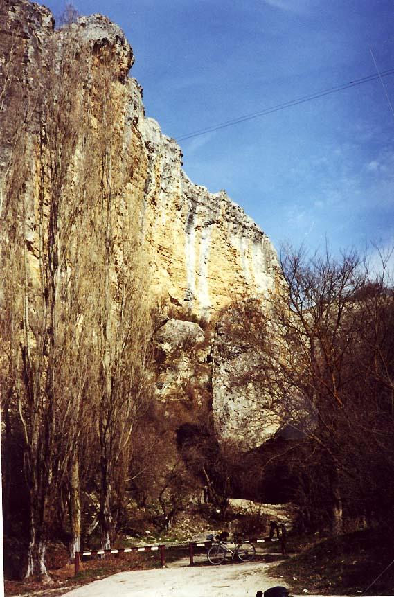 Асфальтированный подъезд к источнику Таш-Аир на шоссе от Бахчисарая в Качинскую долину. Между селами Предущельное (Прущее) и Баштановка